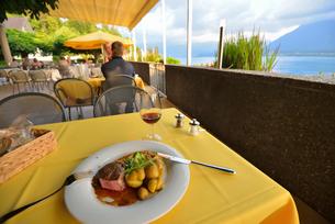 湖畔のレストランの写真素材 [FYI03318873]