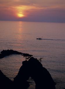 浦富海岸 千貫松島の夕日の写真素材 [FYI03319375]