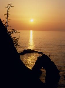 浦富海岸 千貫松島の夕日の写真素材 [FYI03319377]