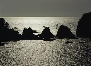 浦富海岸 光る海の写真素材 [FYI03319436]
