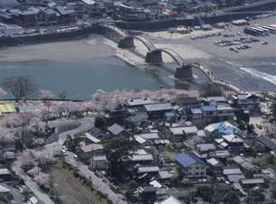 岩国城天守閣から錦帯橋遠望の写真素材 [FYI03319643]