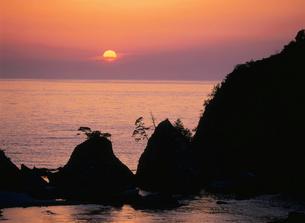浦富海岸の夕日の写真素材 [FYI03319758]