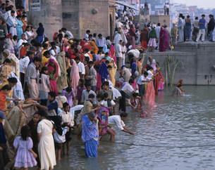 ガンジス河の沐浴の写真素材 [FYI03320943]