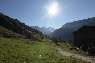 フーリからツェルマットのハイキングコースの写真素材 [FYI03321504]