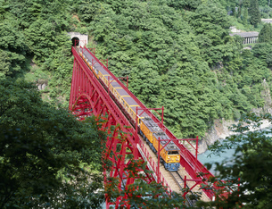 黒部峡谷鉄道と山彦鉄橋の写真素材 [FYI03329074]