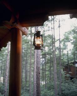 別荘とランプの写真素材 [FYI03330864]