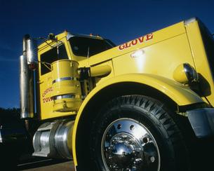 黄色いトラックの写真素材 [FYI03330891]