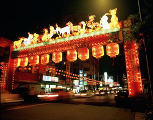 鐃河街観光夜市の写真素材 [FYI03330943]