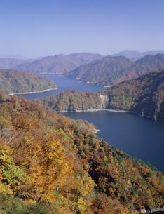 秋の田子倉湖の写真素材 [FYI03331299]
