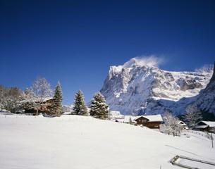 冬の民家とヴェッターホルンの写真素材 [FYI03331816]