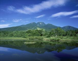 いもり池と妙高山 妙高村 7月の写真素材 [FYI03332125]