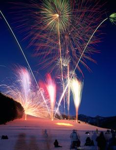 水上温泉雪まつりの花火の写真素材 [FYI03332222]