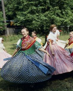 チェコの民族舞踊 スカートを回しておどる娘の写真素材 [FYI03332919]