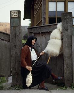 糸を紡ぐ人々の写真素材 [FYI03333474]