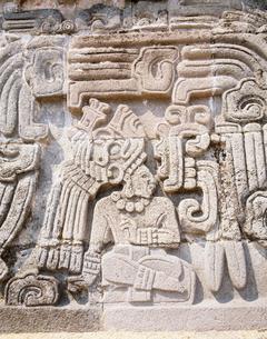 ケツァルコアルトと神官の浮き彫の写真素材 [FYI03333519]