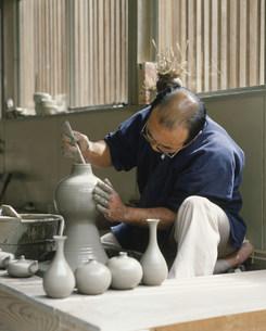 小久慈焼を作る人の写真素材 [FYI03334704]