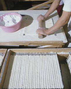 稲庭うどんを作る人の写真素材 [FYI03334709]