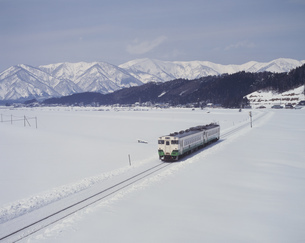 雪原をゆく陸羽東線の写真素材 [FYI03335370]