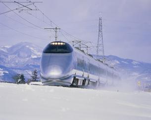 山形新幹線と冬景色 高畠・赤湯間の写真素材 [FYI03335504]