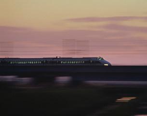 夕空と東北新幹線の写真素材 [FYI03335527]