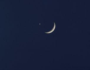 三日月と金星 金星食の写真素材 [FYI03335593]