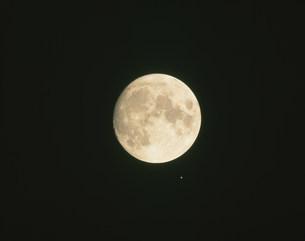 13夜の月と火星の接近の写真素材 [FYI03335681]