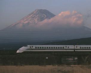 東海道新幹線と富士山夕景の写真素材 [FYI03335810]