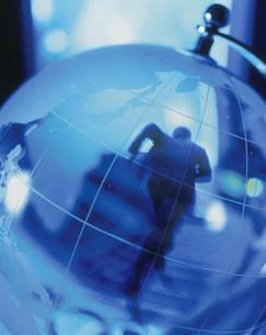 地球儀と駆け昇るビジネスマンの写真素材 [FYI03336104]