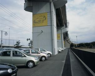 京葉線高架下の中古車の写真素材 [FYI03337784]