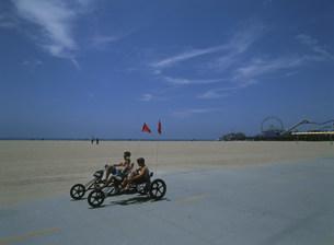 ビーチの三輪バイクの写真素材 [FYI03337853]