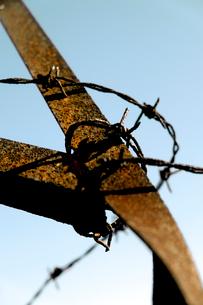 錆びた鉄柵と有刺鉄線の写真素材 [FYI03338880]