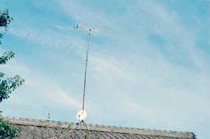 青空と屋根とアンテナから見る日常の写真素材 [FYI03338883]
