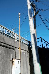 坂道の側壁を背景にした電柱の写真素材 [FYI03338887]