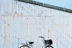 トタンの側壁前に置かれた自転車の写真素材 [FYI03338893]