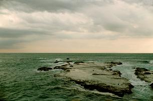 荒天の江ノ島の岩礁の写真素材 [FYI03338897]