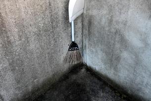 ゴミ置き場の清掃用具の写真素材 [FYI03338902]