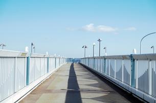 海辺つり公園への陸橋の写真素材 [FYI03338913]