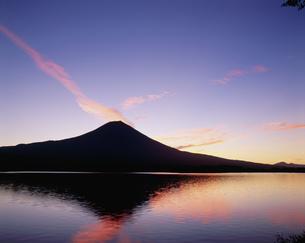 朝焼けの富士山と田貫湖の写真素材 [FYI03339125]