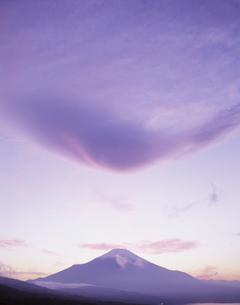 夕映えの吊し雲と富士山 山中湖畔より眺望の写真素材 [FYI03339127]