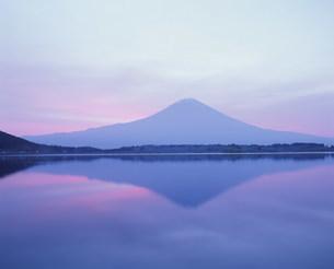 朝焼けの富士山の写真素材 [FYI03339129]