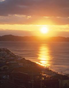 七里ヶ浜の初日の出の写真素材 [FYI03339370]
