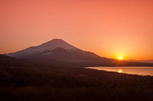 夕日と富士山の写真素材 [FYI03339431]
