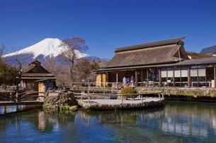 早春の忍野八海と富士山の写真素材 [FYI03339432]