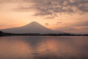 朝焼けの田貫湖と富士山の写真素材 [FYI03339440]