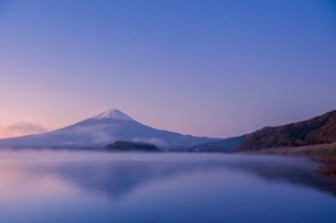 朝焼けと霧湧く河口湖と富士山の写真素材 [FYI03339473]
