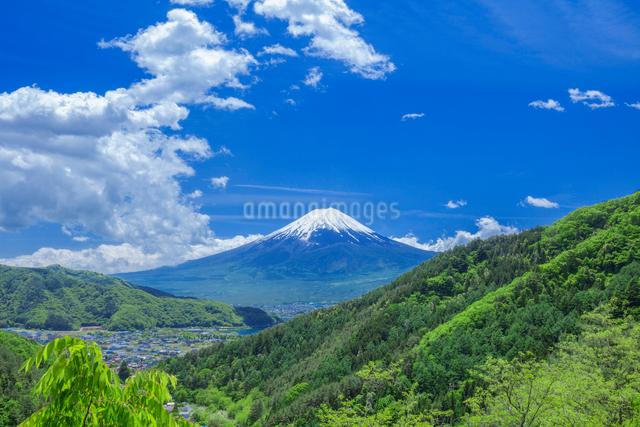 新緑の山と富士山とわき上がる雲の写真素材 [FYI03339487]
