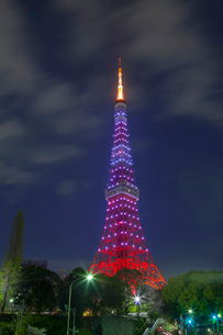 ライトアップの東京タワーと流れる雲の写真素材 [FYI03339505]