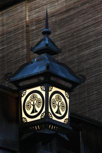 祇園町家の掛行灯の写真素材 [FYI03339663]