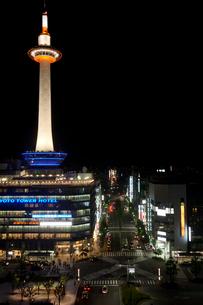 京都タワーのライトアップの写真素材 [FYI03339728]