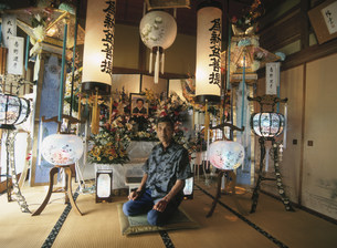 業者による新盆棚飾りの日の写真素材 [FYI03340153]